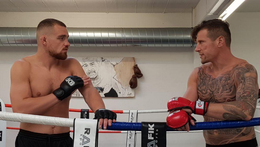 Wer macht den härteren Sport? GMC-Kämpfer Mohamed Grabinski (li.) und Eishoc... - Bildquelle: Susann Brandes
