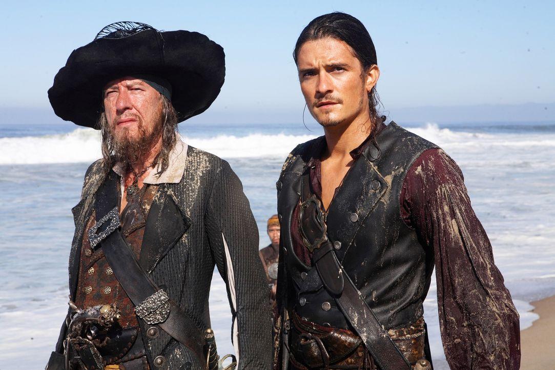 Turner (Orlando Bloom, r.), Swann und Barbossa (Geoffrey Rush, l.) wollen Jack Sparrow, der von einem Riesenkraken getötet worden ist, wiederbeleben... - Bildquelle: Peter Mountain Disney Enterprises, Inc.  All rights reserved