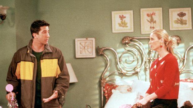 Ross (David Schwimmer, l.) hat Phoebe (Lisa Kudrow) ein Fahrrad geschenkt ......