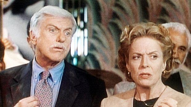Dr. Sloan (Dick Van Dyke, l.) wird von der Steuerprüferin Gretchen (Holland T...