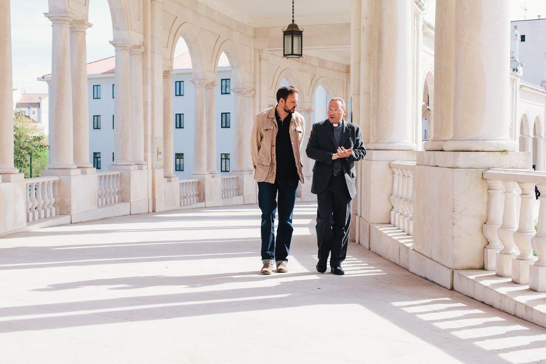 Was hat es mit den drei Geheimnisse von Fátima auf sich? Moderator Jamie Theakston (l.) begiebt sich in Portugal auf Spurensuche und spricht mit Exp... - Bildquelle: LIKE A SHOT ENTERTAINMENT 2014