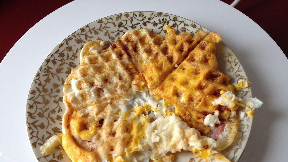 Frühstück aus dem Waffeleisen Bacon and Eggs