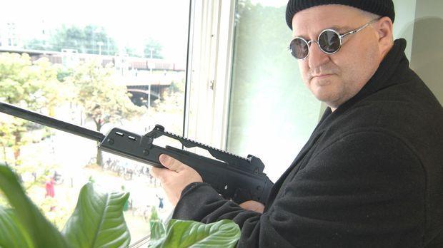 Leon (Markus Maria Profitlich) soll als Killer einen Auftragsmord begehen. ©...