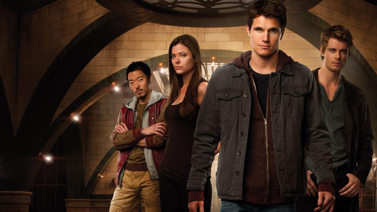 (1. Staffel) - Auf Grund ihrer Mutationen werden Russell Kwon (Aaron Yoo, l.), Cara Coburn (Peyton List, 2.v.l.), Stephen Jameson (Robbie Amell, 2.v... - Bildquelle: Warner Bros. Entertainment, Inc.
