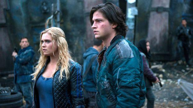 Auch Clarke (Eliza Taylor, l.) muss sich eingestehen, dass sie Finns (Thomas...
