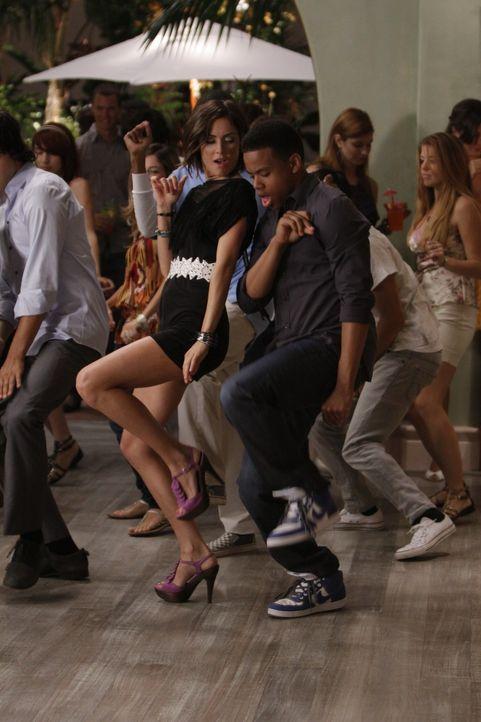 Silver (Jessica Stroup, l.) und Dixon (Tristan Wilds, r.) haben ihre Differenzen geklärt und haben wieder Spaß miteinander - doch der Abend ist no... - Bildquelle: TM &   CBS Studios Inc. All Rights Reserved