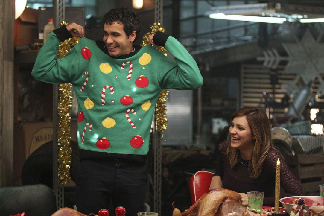 Ein geeignetes Weihnachtsgeschenk für Walter (Elyes Gabel, l.) zu finden, ist nicht gerade einfach, aber Paige (Katharine McPhee, r.) gibt nicht auf... - Bildquelle: Sonja Flemming 2014 CBS Broadcasting, Inc. All Rights Reserved