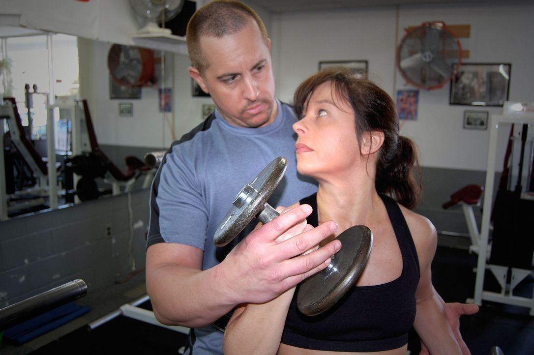 Das Bodybuilder Paar wird zu den Hauptverdächtigen, nachdem eine verbrannte Leiche in ihrem ausgebrannten Auto gefunden wird. - Bildquelle: M2 Pictures