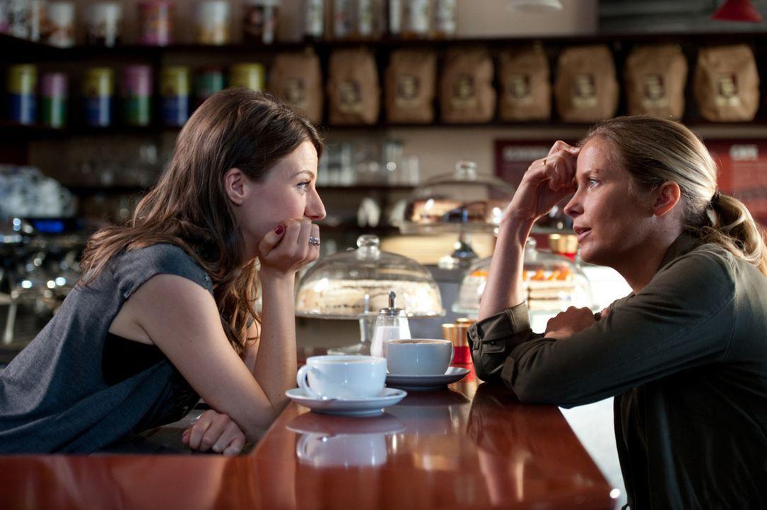 Frieda (Julia Hartmann, l.) ist mit Karo (Valerie Niehaus, r.) seit Jahren befreundet, obwohl ihr Privatleben nicht unterschiedlicher sein könnte. W... - Bildquelle: Maria Krumwiede SAT.1