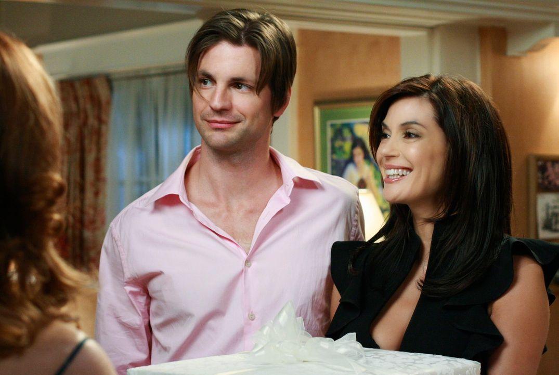 Während Susan (Teri Hatcher, r.) und Jackson (Gale Harold, l.) ihre Heirat bekanntgeben, lässt sich Bree von Karl überzeugen, die Wertgegenstände in... - Bildquelle: ABC Studios