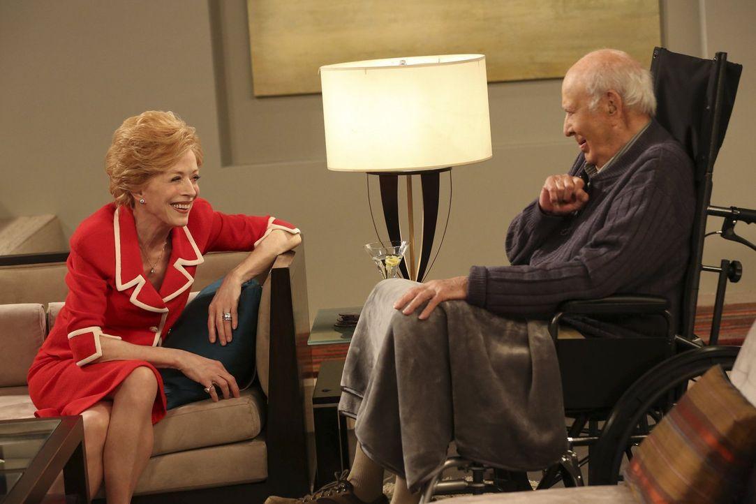 Bekommen eine Mitbewohnerin: Evelyn (Holland Taylor, l.) und deren reicher Freund Marty (Carl Reiner, r.) ... - Bildquelle: Warner Brothers