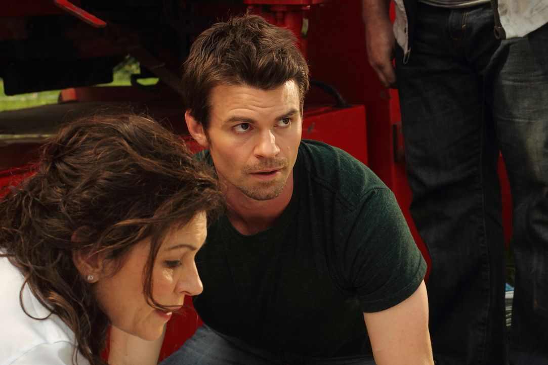 Eine Frau wird von einem umgestürzten Lastwagen eingeklemmt. Dr. Dana Kinny (Wendy Crewson, l.) und Dr. Joel Goran (Daniel Gillies, r.) werden zu He... - Bildquelle: 2012 Hope Zee One Inc., All rights reserved