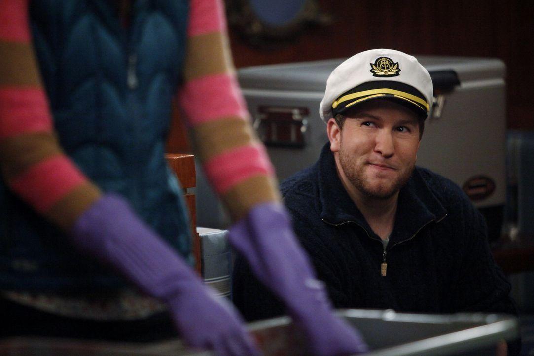 Dee Dee hat ein Auge auf Captain Steve (Nate Torrence) geworfen ... - Bildquelle: Warner Brothers