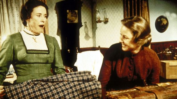 Caroline (Karen Grassle, r.) nimmt Mrs. Oleson (Katherine MacGregor, l.) bei...