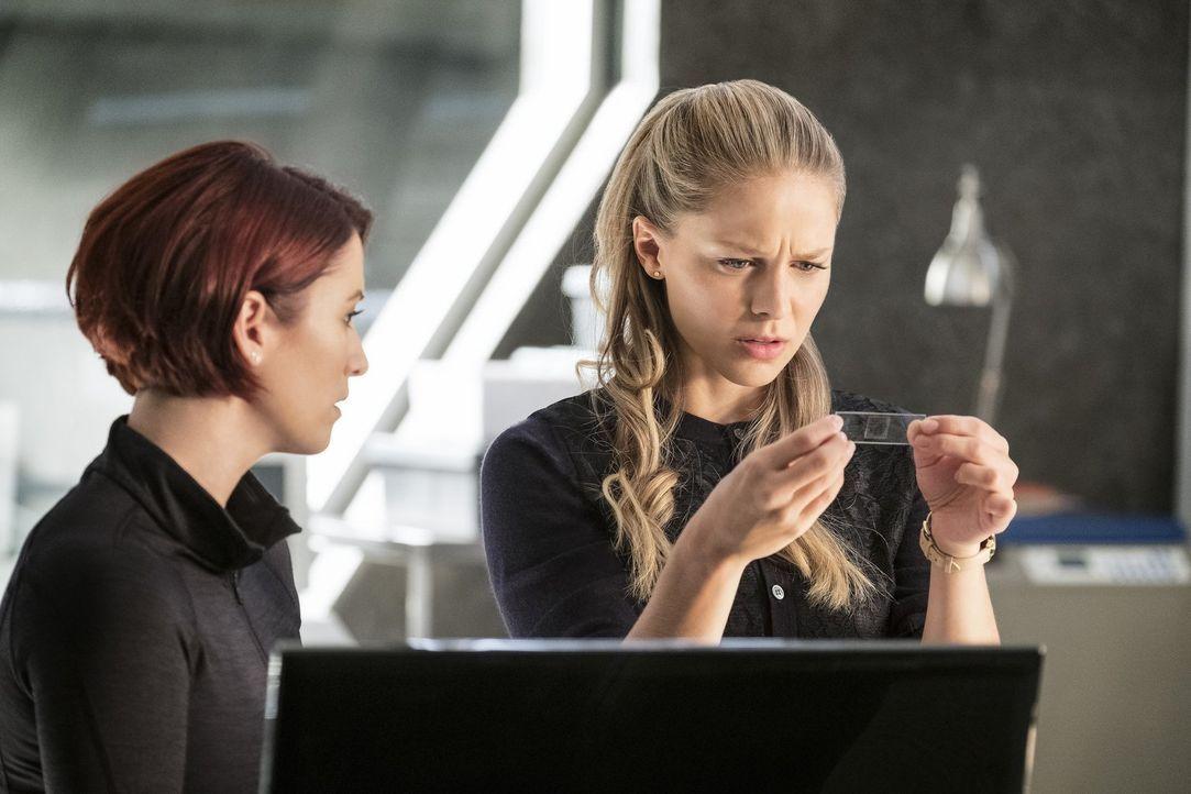 Nachdem Alex (Chyler Leigh, l.), Kara (Melissa Benoist, r.) und das Team ein außerirdisches Schiff im Wasser entdecken, gehen sie dem Ursprung auf d... - Bildquelle: 2017 Warner Bros.