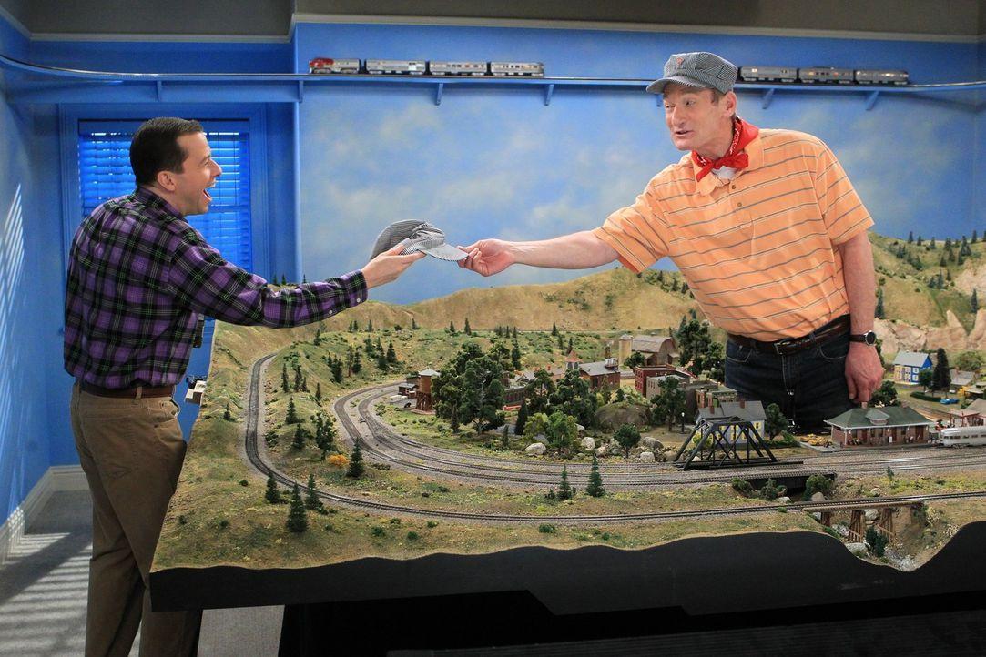 Nach einem Streit mit Walden beschließt Alan (Jon Cryer, l.), bei Herb (Ryan Stiles, r.) einzuziehen. Doch kann das gut gehen? - Bildquelle: Warner Brothers Entertainment Inc.