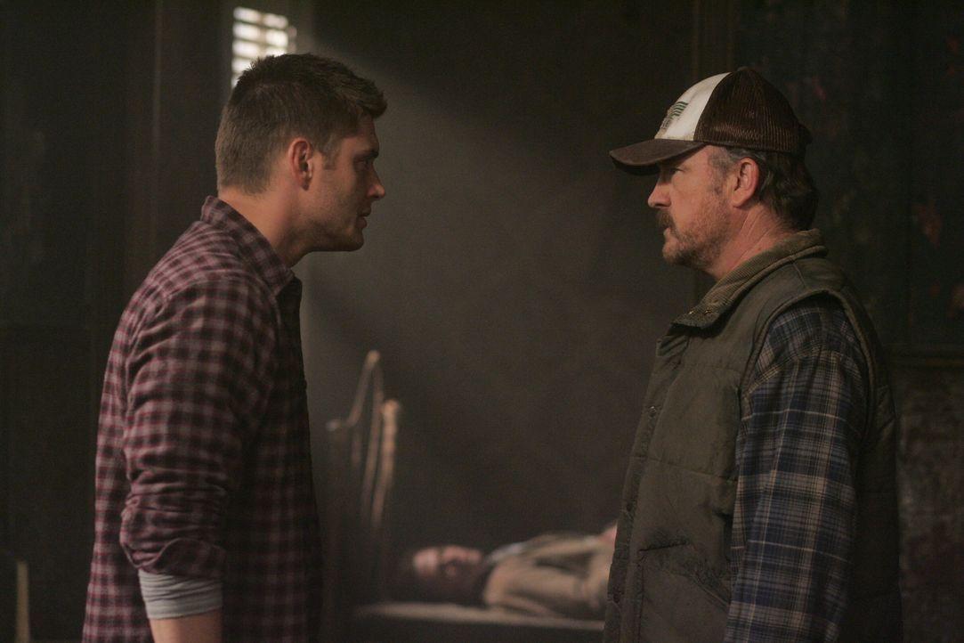 Dean (Jensen Ackles, l.) und Bobby (Jim Beaver, r.) können nicht fassen, dass Sam (Jared Padalecki, M.) wirklich tot ist, doch Dean lässt seinen Bru... - Bildquelle: Warner Bros. Television