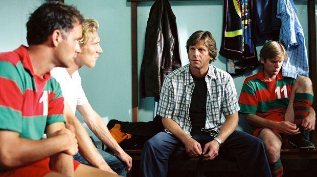 Carlo (Stefan Feddersen-Clausen, 2.v.r.) sucht Rat bei seinen Freunden Axel (...