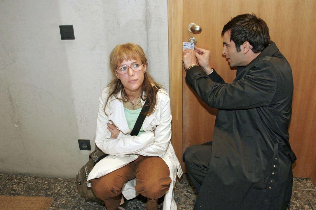 In Sorge um den in letzter Zeit meist deprimierten Hugo machen sich Lisa (Alexandra Neldel, l.) und David (Mathis Künzler, r.) daran, die Tür zu d... - Bildquelle: Sat.1