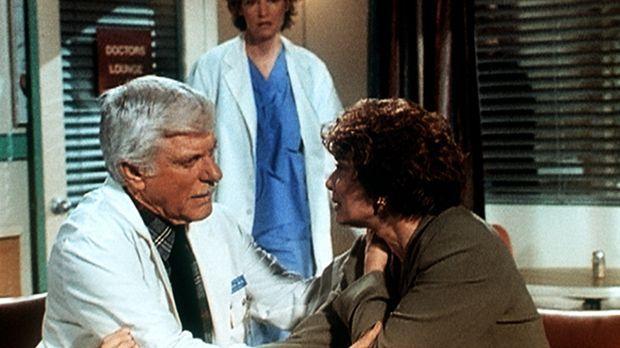 Dr. Mark Sloan (Dick Van Dyke, l.) tröstet die Krankenschwester Jane (Tricia...