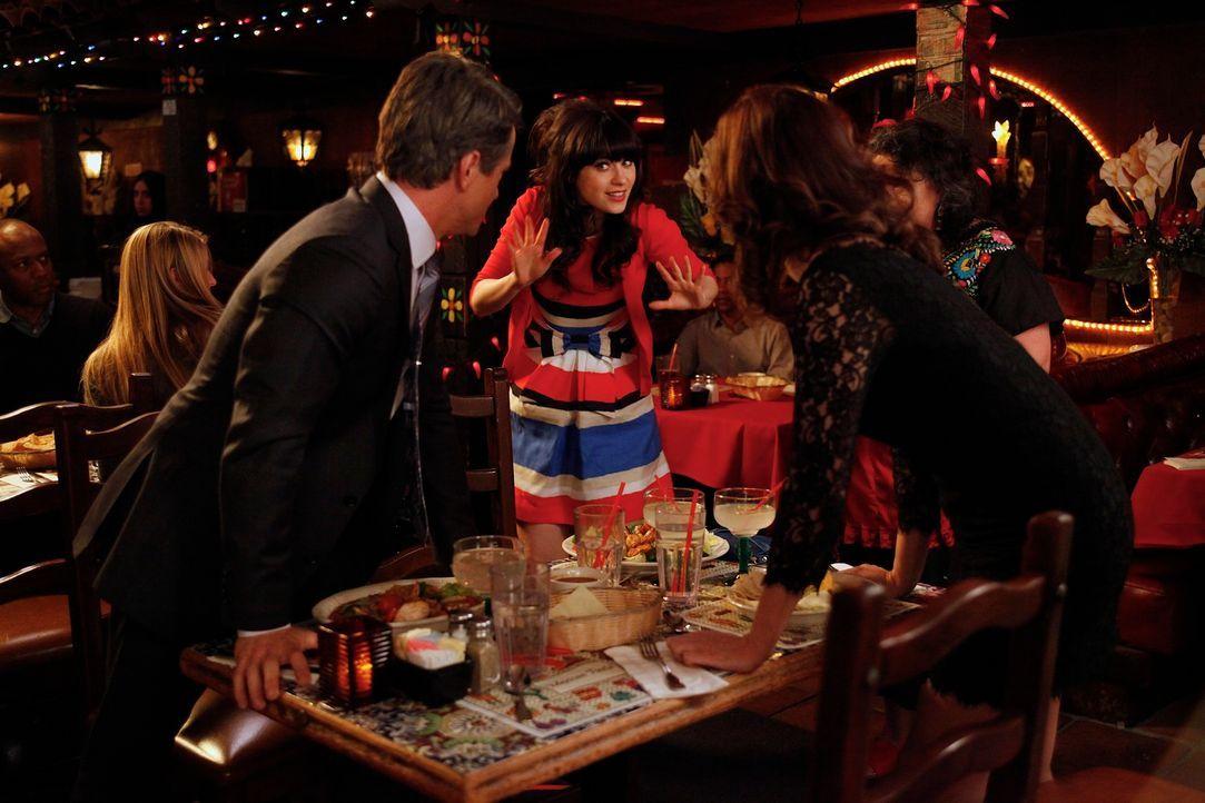 Jess (Zooey Deschanel, M.) lädt Russells Ex-Frau Ouli (Jeanne Tripplehorn, r.) zu einem gemeinsamen Abendessen zu dritt ein und erlebt den leidensch... - Bildquelle: 20th Century Fox