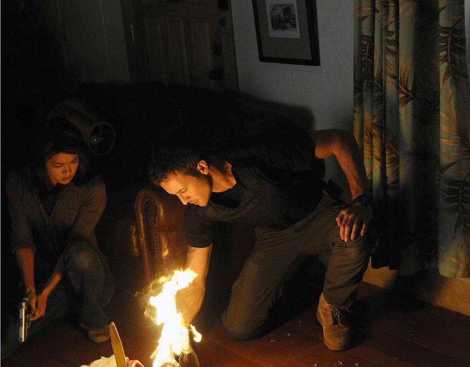 Versuchen einen neuen Fall zu lösen: Steve (Alex O'Loughlin, r.) und Kono (Grace Park, l.) ... - Bildquelle: TM &   2010 CBS Studios Inc. All Rights Reserved.