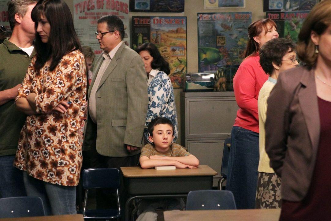Während sich Brick (Atticus Shaffer, M.) auf dem Elternabend seiner Schule furchtbar langweilt, lässt Sue Axl den Chauffeur für sich und ihre Freund... - Bildquelle: Warner Brothers