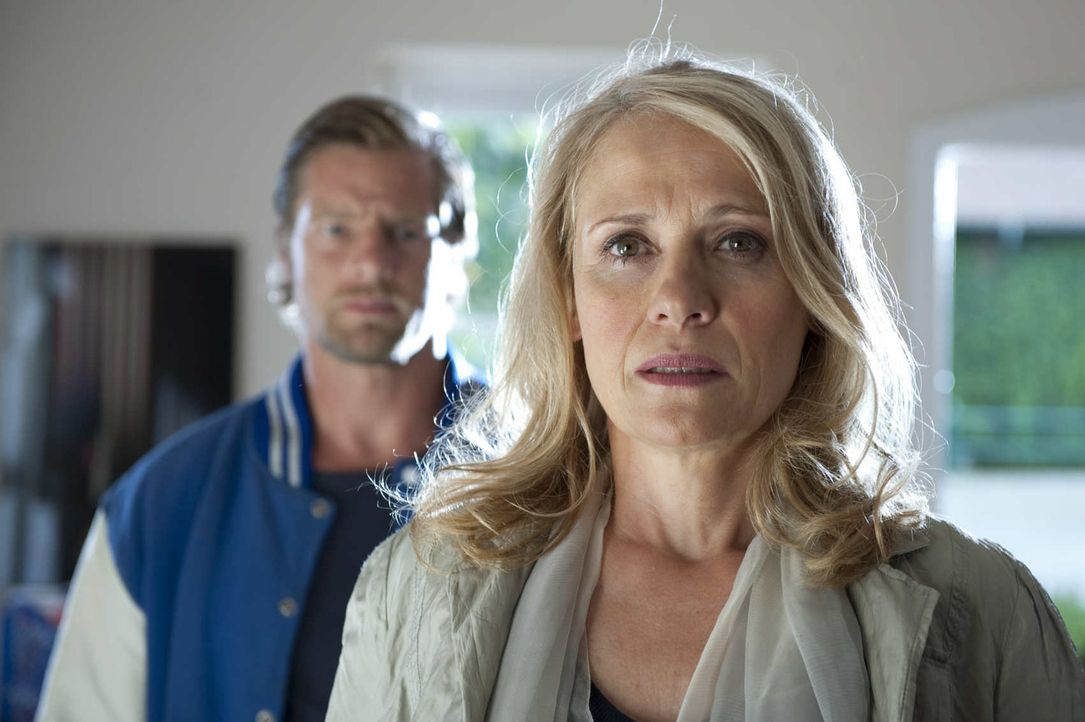Nachdem ihr Sohn ermordet wurde, nimmt Annegret Falz (Alexandra von Schwerin, r.) Mick (Henning Baum, l.) das Versprechen ab, den Mörder um jeden Pr... - Bildquelle: Martin Rottenkolber SAT.1
