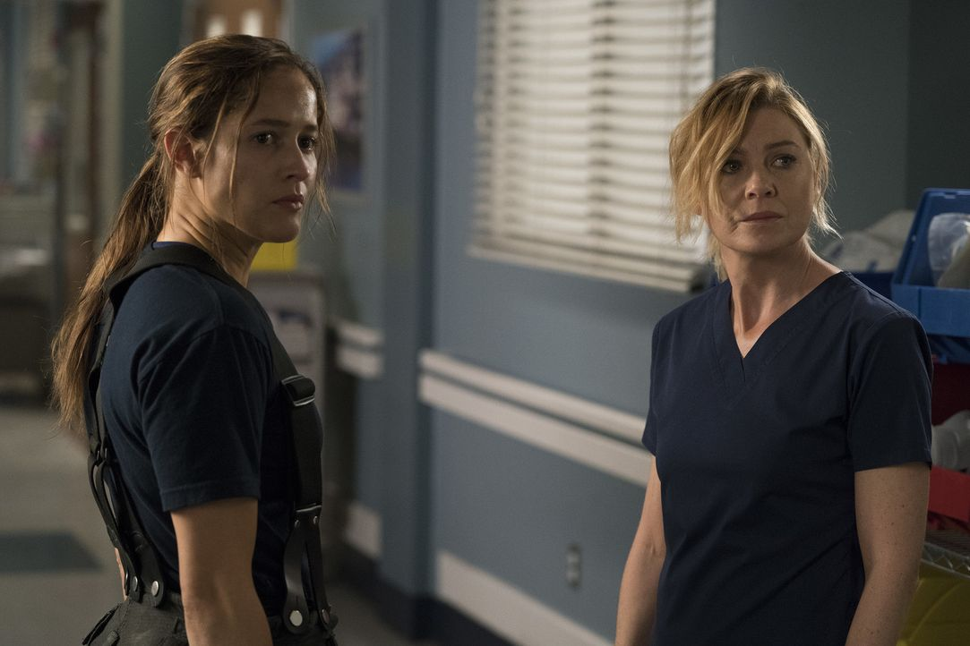 Nachdem Andys (Jaina Lee Ortiz, l.) Vater bei einem Einsatz zusammengebrochen ist, steht Meredith (Ellen Pompeo, r.) ihr im Grey Sloan Memorial Hosp... - Bildquelle: Mitch Haaseth 2017 American Broadcasting Companies, Inc. All rights reserved./Mitch Haaseth