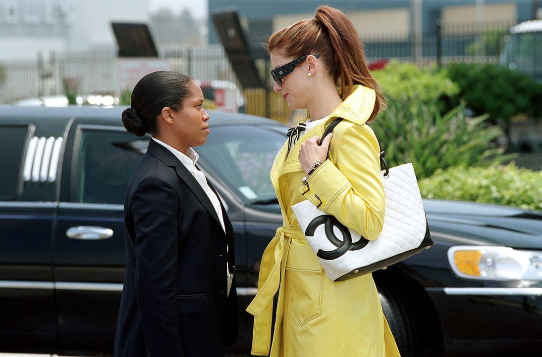 Die neuen Kolleginnen Gracie Hart (Sandra Bullock, r.) und Sam Fuller (regina King, l.) können sich nicht so recht aneinander gewöhnen ... - Bildquelle: Warner Bros. Television