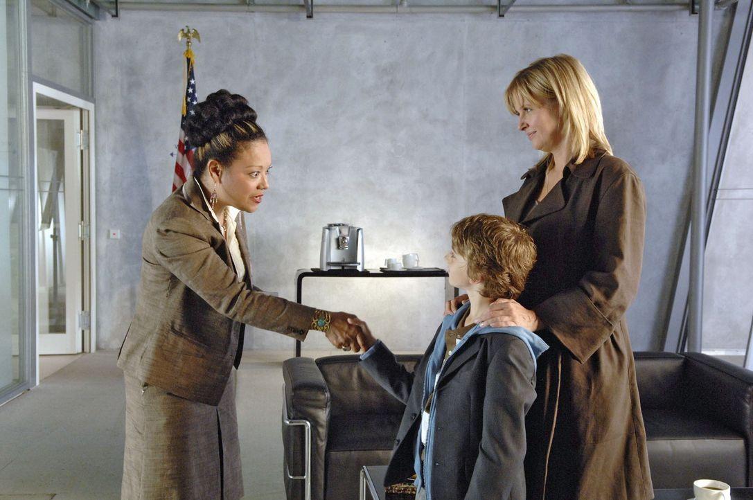 Oliver (Joel Eisenblätter, M.) lässt nicht locker und drängt seine Mutter (Katharina Böhm, r.) immer wieder, alles dafür zu tun, dass er Bill G... - Bildquelle: Sat.1