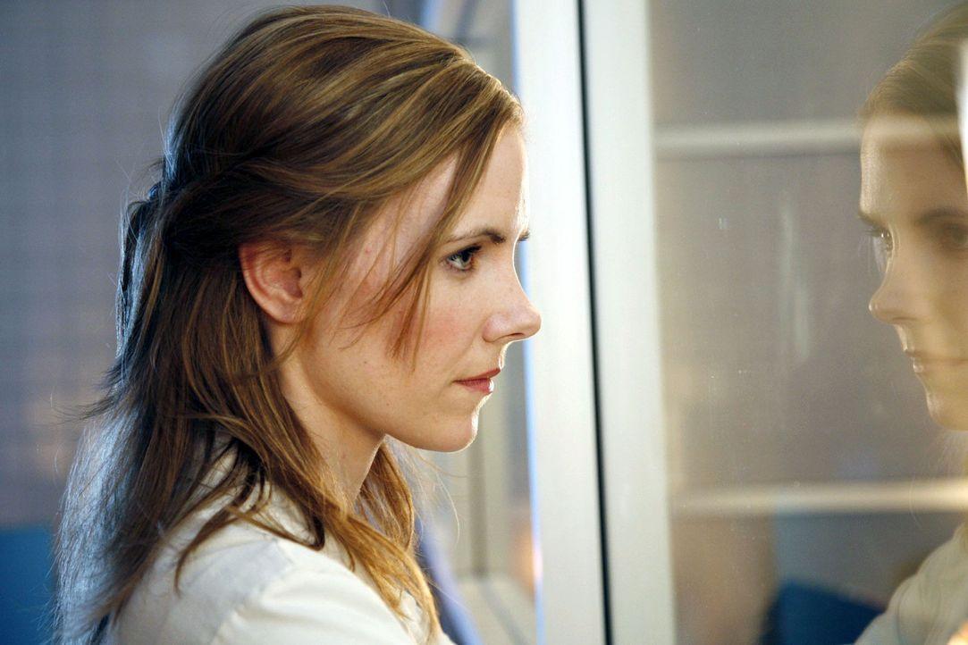 Luisa (Jana Voosen) beobachtet die Arbeit der Ärzte im OP. - Bildquelle: Mosch Sat.1