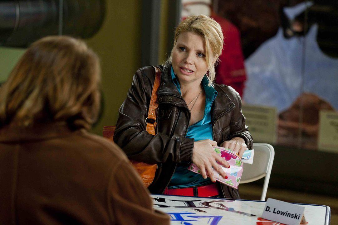 Während Kurt seinem neuen Job nachgeht, versucht Danni (Annette Frier, r.), ihrer neuen Mandantin Ulla Bode (Traute Hoess, l.) zu helfen. Doch das... - Bildquelle: SAT.1