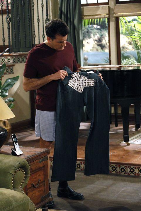 Charlie (Charlie Sheen) entscheidet, sich bei der Trinkerei ein wenig zurück zu nehmen ... - Bildquelle: Warner Bros. Television