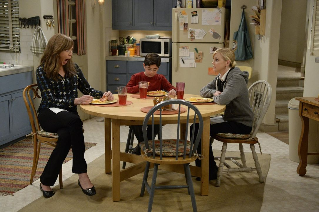 Roscoe (Blake Garrett Rosenthal, M.) erzählt Christy (Anna Faris, r.) und Bonnie (Allison Janney, l.) beim Abendessen, dass sich sein Vater und dess... - Bildquelle: 2015 Warner Bros. Entertainment, Inc.