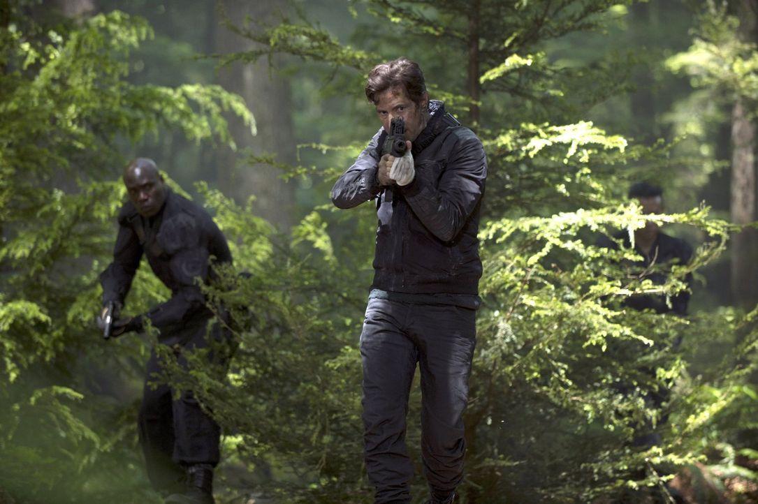 Kane (Henry Ian Cusick, r.) und die anderen Überlebenden haben mit der neuen Situation auf der Erde zu kämpfen ... - Bildquelle: 2014 Warner Brothers