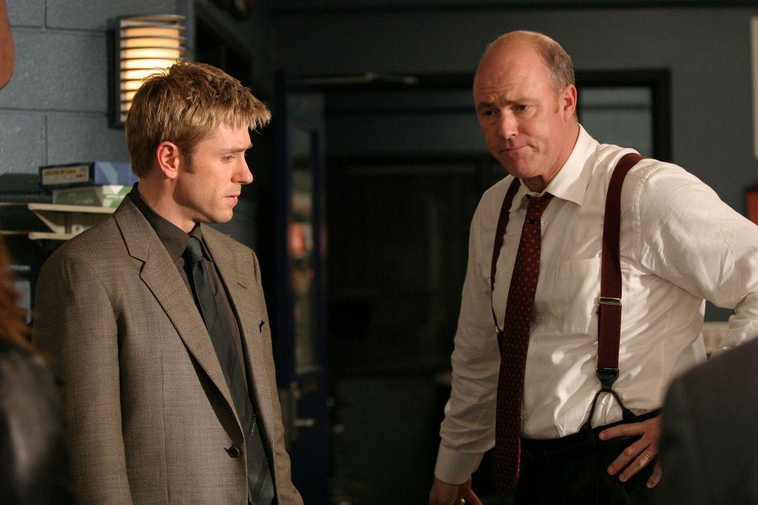 Jim Dunbar (Ron Eldard, l.) und Gary Fisk (Michael Gaston, r.) versuchen den Mörder von Carl Desmond zu überführen ... - Bildquelle: TM &   2006 CBS Studios Inc. All Rights Reserved.