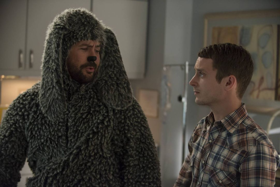 Ryan (Elijah Wood, r.) will Wilfred (Jason Gann, l.) beweisen, wer der Meister der Gedankenmanipulation ist ... - Bildquelle: 2013 Bluebush Productions, LLC. All rights reserved.