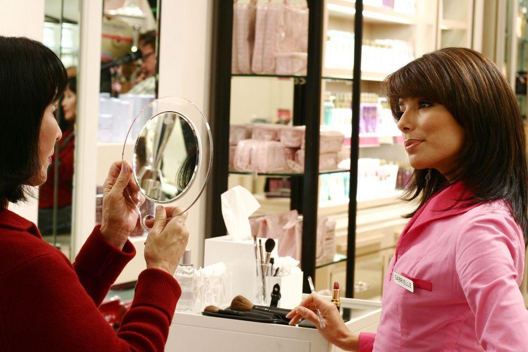 In ihrem neuen Job muss Gabrielle (Eva Longoria, r.) die Erfahrung machen, statt bedient zu werden, nun andere Menschen zu bedienen ... - Bildquelle: Touchstone Television