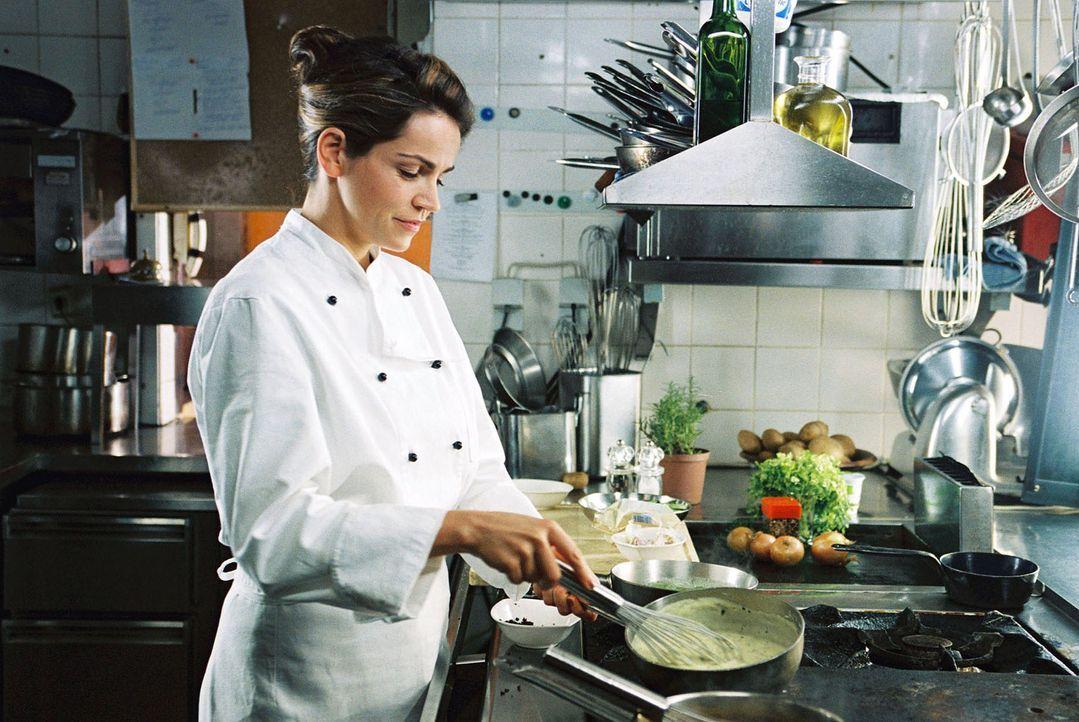 Sandra (Rebecca Immanuel) verblüfft die anwesenden Herren mit ihren Kochkünsten. - Bildquelle: Hardy Spitz Sat.1
