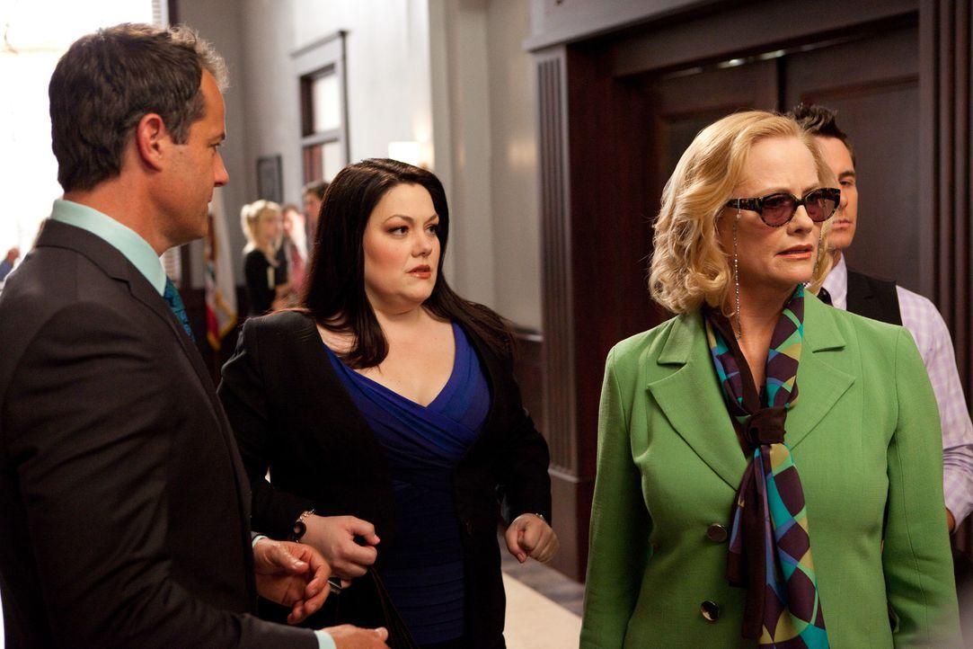 Arbeiten an einem neuen Fall, doch noch ahnen Jane (Brooke Elliott, 2.v.l.) und Jay (Josh Stamberg, l.) nicht, was mit Ellie Tannen (Cybill Shepherd... - Bildquelle: 2009 Sony Pictures Television Inc. All Rights Reserved.