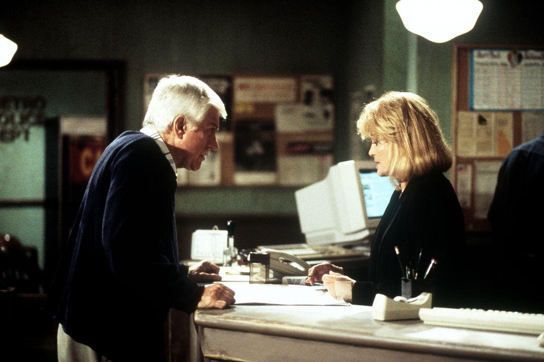 Dr. Mark Sloan (Dick Van Dyke, l.) und Captain Pike (Angie Dickinson, r.) überprüfen gemeinsam einige Spuren im Mordfall Janet Watson. - Bildquelle: Viacom