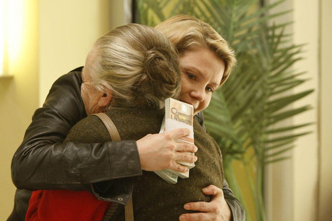 Ende gut, alles gut: Danni (Annette Frier, l.) und Uta Schwartz (Barbara Morawiecz, r.) ... - Bildquelle: SAT.1