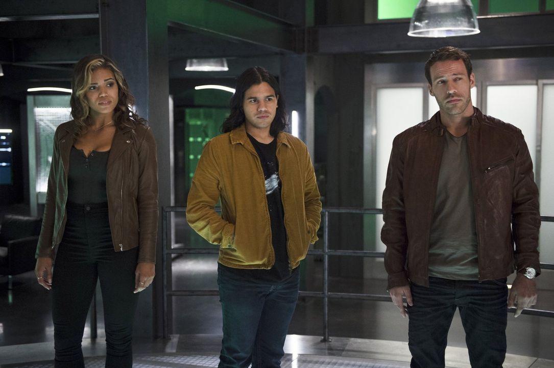 Cisco (Carlos Valdes, M.) gefällt es überhaupt nicht, als Carter Hall alias Hawkman (Falk Hentschel, r.) auftaucht und ihm  Kendra (Ciara Renée, l.)... - Bildquelle: 2015 Warner Brothers.