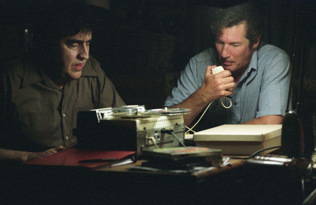 Immer tiefer verstricken sich Clifford Irving (Richard Gere, r.) und Dick Suskind (Alfred Molina, l.) ihn ihren Lügengeschichten. Sie schrecken sog... - Bildquelle: 2006 Miramax Films.