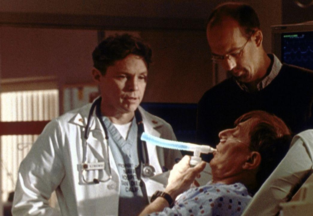 Greenes Vater David (John Cullum, l.) ist nach einem Streit mit Greene (Anthony Edwards, r.) bewusstlos zusammengebrochen. - Bildquelle: TM+  2000 WARNER BROS.