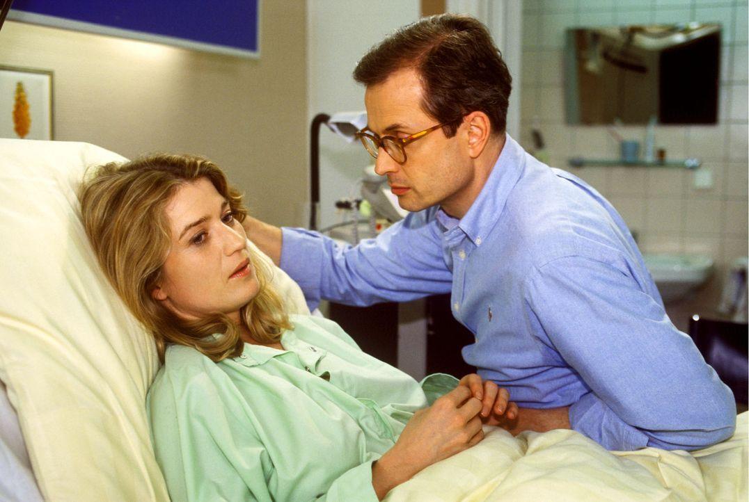 Nils Fischer (Hans-Jürgen Schatz, r.) besucht seine Frau, die Pianistin Diana Fischer (Nina Franoszek, l.) im Krankenhaus. Sie ist mit ihrem Auto g... - Bildquelle: Noreen Flynn Sat.1
