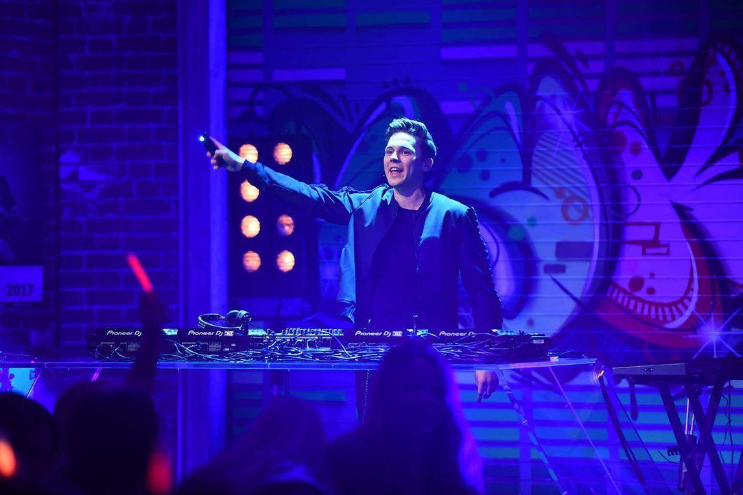 DJ und Musikproduzent Felix Jaehn (Bild) ist diese Woche zu Gast bei Witzbold Luke und sorgt für die passenden Deep House Klänge ... - Bildquelle: Willi Weber SAT.1
