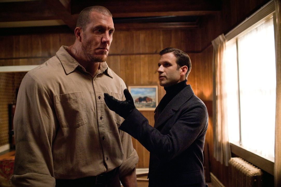 Hat Aaron seinen Golem (John DeSantis, l.) wirklich unter Kontrolle oder gelingt es dem Nekromanten Eckhart (Bernhard Forcher, r.), die Macht zu übe... - Bildquelle: Warner Bros. Television