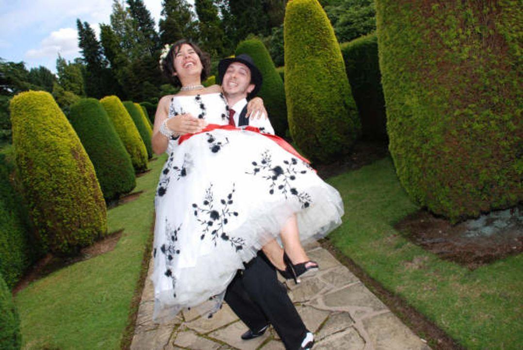 Ausgerüstet mit 14.000 Euro und vier Wochen Zeit hat sich JP um alle Hochzeitsvorbereitungen gekümmert, ohne auch nur ein Wort mit seiner Verlobten... - Bildquelle: Renegade Pictures Ltd